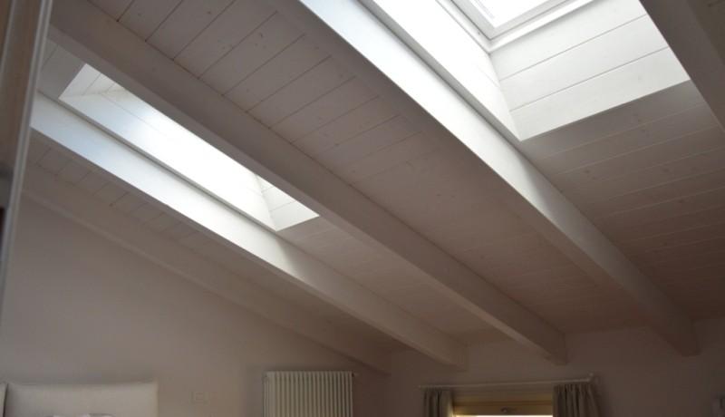 Amazing tetto camera da letto with tetti in legno moderni for Casa legno antisismica costo